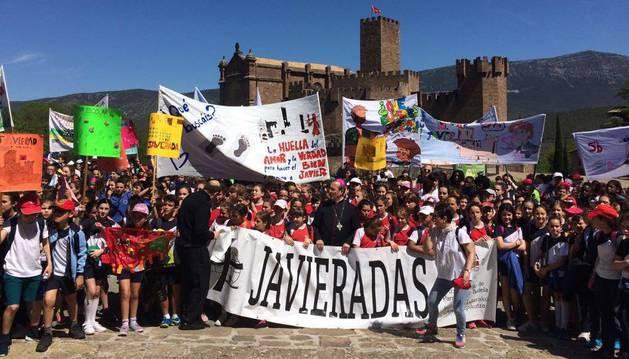 Los alumnos de los colegios navarros, con el arzobispo de Pamplona, Francisco Pérez, en la explanada del castillo de Javier.