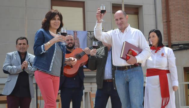Los alcaldes de Mendavia y Jódar, María José Verano y José Luis Hidalgo,  brindando con vino navarro.