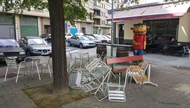 El mobiliario de la terraza del Albero, ayer a primera hora de la tarde, reflejaba la batalla campal entre ultras de Osasuna y Oviedo