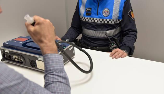 Un agente de Policía Municipal de Pamplona realiza una prueba de etilometría en la comisaría.