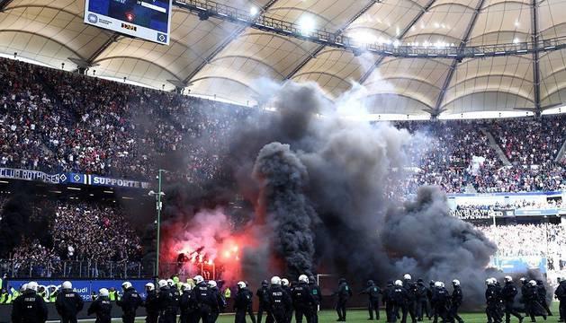 Un grupo de ultras del Hamburgo bombardeó con petardos el área del equipo contrario.