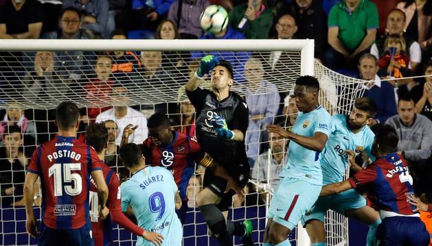 foto de El portero del Levante Oier Olazábal despeja un balón durante el partido ante el Barcelona.