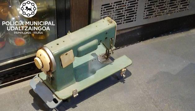 La máquina de coser que se encontraba como decoración en el bar.