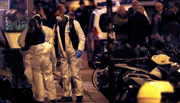 Policías forenses, en el lugar del ataque en París.