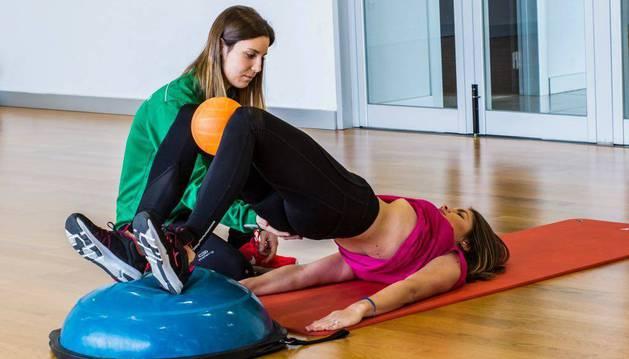 La fisioterapeuta Beatriz Santamaría de 'Entrena a la carta' supervisa ejercicios para el suelo pélvico.