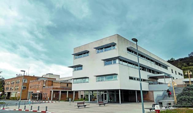 Vista del Hospital García Orcoyen con el edificio de consultas en primer plano y la zona de hospitalización en segundo término.