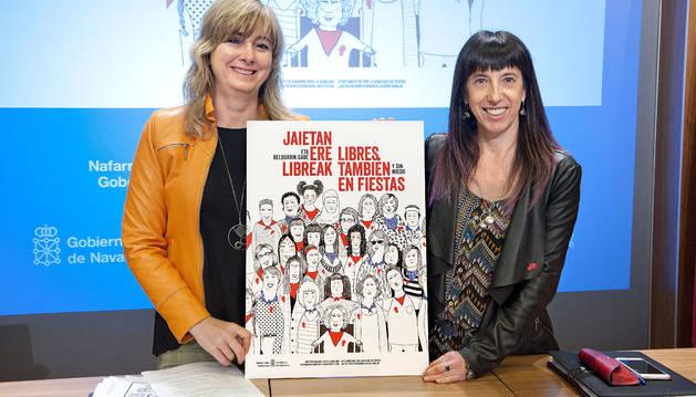 La Consejera Ana Ollo y la directora gerente del INAI, Mertxe Leranoz, con el cartel elaborado para la campaña