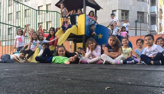 """Los alumnos de las dos clases participantes en el proyecto en una foto en el parque infantil del patio durante la """"acampada emocional""""."""