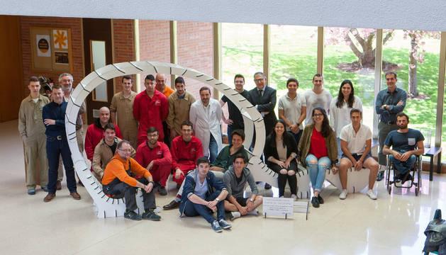 Estudiantes del centro integrado Donibane y alumnos de la Escuela de Arquitectura de la Universidad de Navarra posan juntos con su obra terminada.