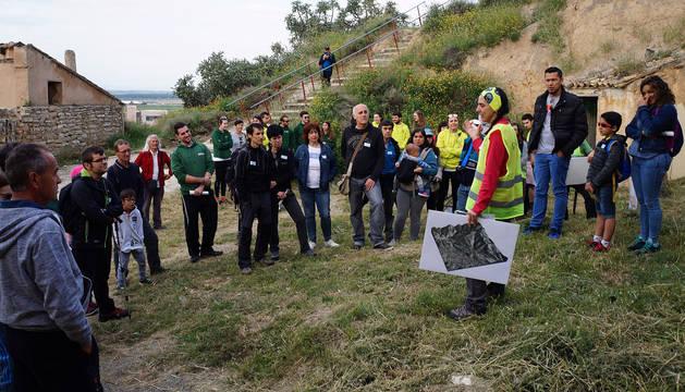 foto de Un grupo de asistentes al Geolodía de Valtierra atiende las explicaciones de una de las guías.