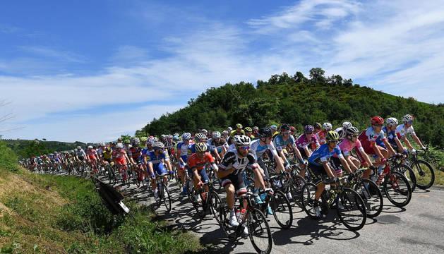 El pelotón, durante los primeros kilómetros de la décima etapa del Giro.