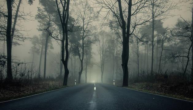 Foto de una carretera con escasa visibilidad por un banco de niebla