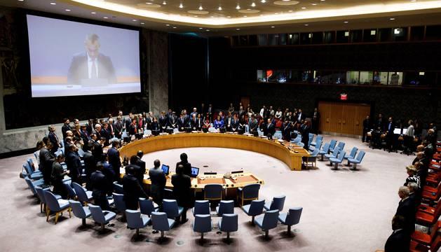 Embajadores de diferentes países de la ONU respetan un minuto de silencio en honor a los palestinos asesinados pos Israel al inicio de un Consejo de Seguridad de la ONU en la sede del organismo en Nueva York.