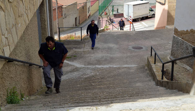 Varios vecinos suben las escaleras desde la calle María Jesús Los Arcos hacia Salvador Ordóñez.