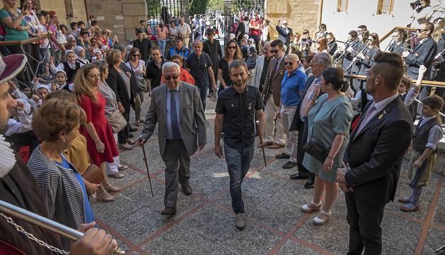 Entrada a la basílica del Puy de Alphonse Idiart, alcalde de San Juan de Pie de Puerto, con el primer edil de Estella, Koldo Leoz, el 25 de mayo del año pasado.