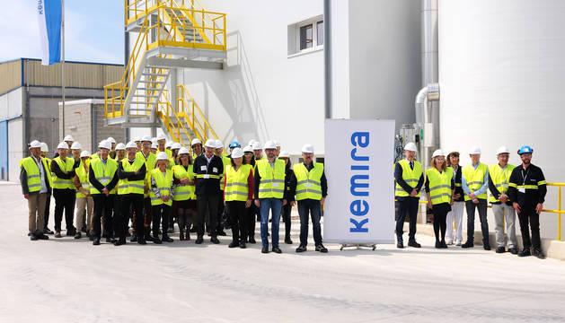 Los invitados posaron junto a las autoridades y directivos de la empresa finlandesa ante las instalaciones, que se han renovado totalmente.