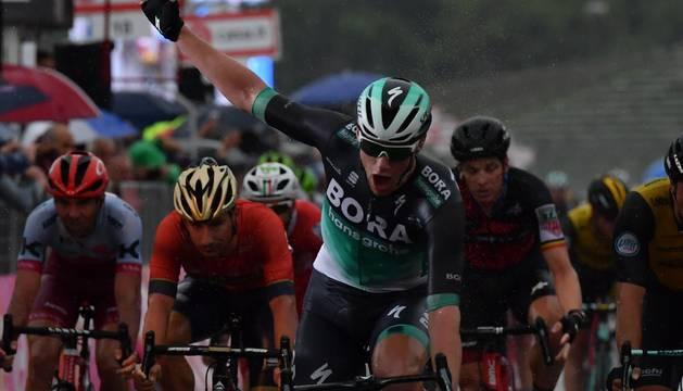 Bennett celebra su triunfo en la etapa
