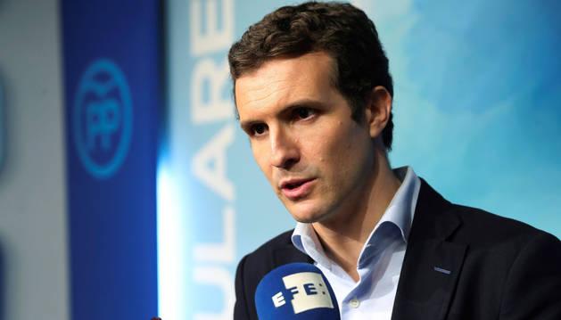 El vicesecretario de comunicación del PP, Pablo Casado, realiza declaraciones a los medios de comunicación en la sede del parido en la madrileña calle Génova