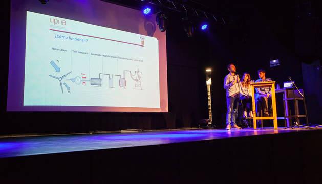 Tres estudiantes de la UPNA defienden las renovables como única fuente energética