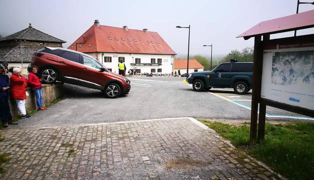 Susto al intentar aparcar de una forma novedosa en Roncesvalles