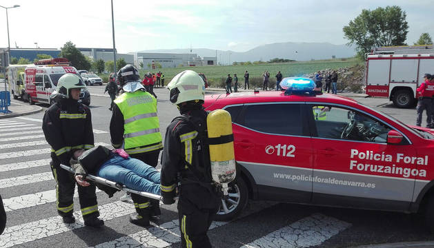 Efectivos de Protección Civil atienden a los heridos en el simulacro.