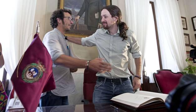 Kichi y Pablo Iglesias se dan un abrazo