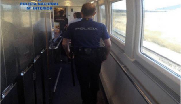 Agentes de Policía Nacional, en un vagón del tren.