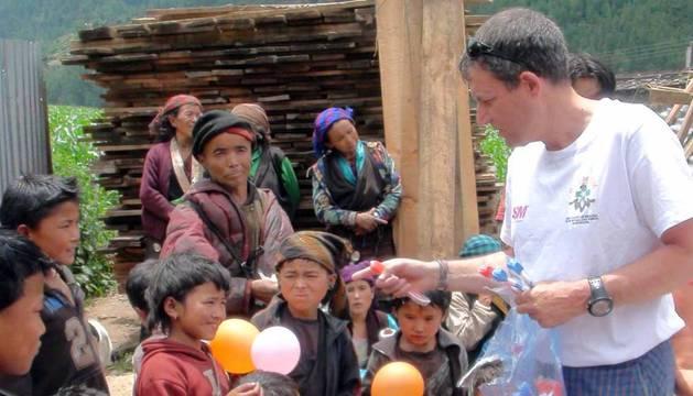 El subteniente de la Guardia Civil Francisco Valero, responsable del Greim en Navarra durante dos décadas, amplió su labor humanitaria como voluntario en Nepal, donde pereció. Su vida fue un ejercicio de desprendimiento