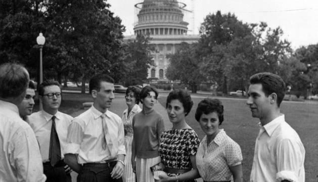 VISITA A WASHINGTON. En 1957, la Coral realizó una gira por Estados Unidos y Canadá. En la imagen, junto al Capitolio de Washington, Cecilio Resano (con gafas), José Luis Eslava, Celia Olaz (al fondo), Mari Carmen Herias, María Eva Zabalza, Amalia Urquijo y Jesús Mari Parado.
