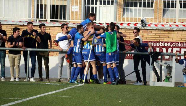 Los jugadores del Cirbonero hacen piña celebrando el 1-0, obra de 'Kubala'.