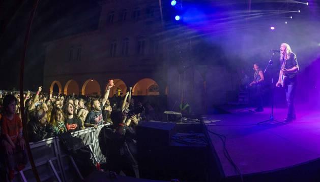 Rosendo actúa ante el público, que llenó el aforo de los patios del colegio antiguo de Cascante.