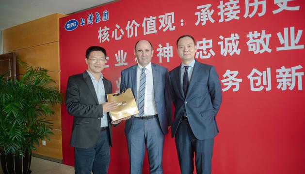 El vicepresidente Ayerdi con representantes del puerto de Shanghai.