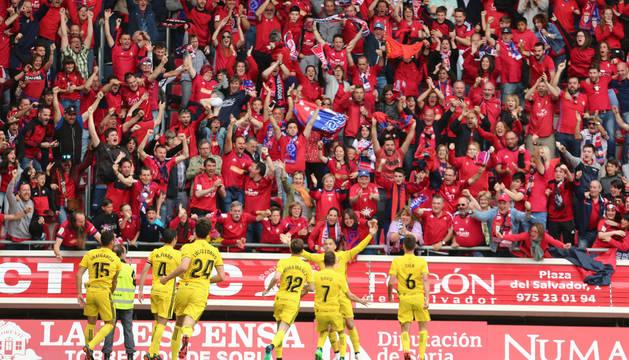 Los jugadores de Osasuna celebran el gol de Quique delante de su afición.