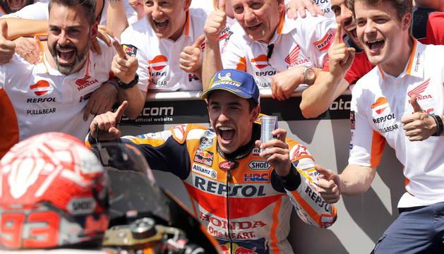 Marc Márquez celebra su victoria en Le Mans.
