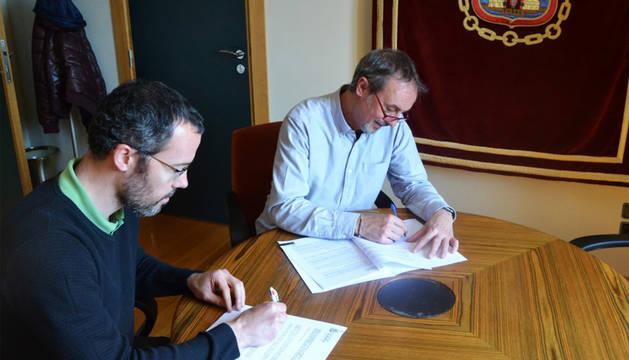 Íñigo Beúnza (izda.) y Arturo Goldaracena firman el convenio.