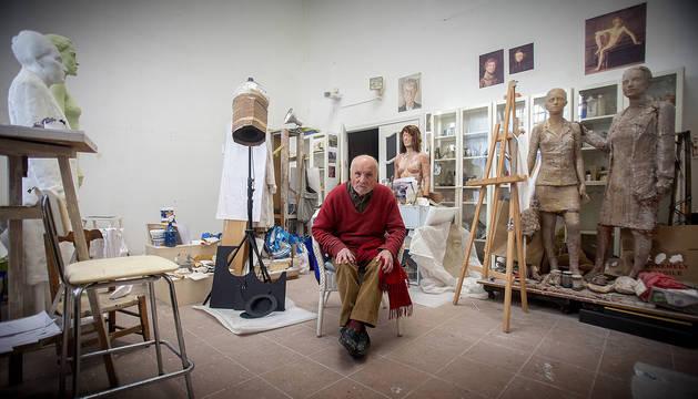 Antonio López posa en su luminoso estudio, situado en un barrio del norte de Madrid, entre numerosas obras en marcha.