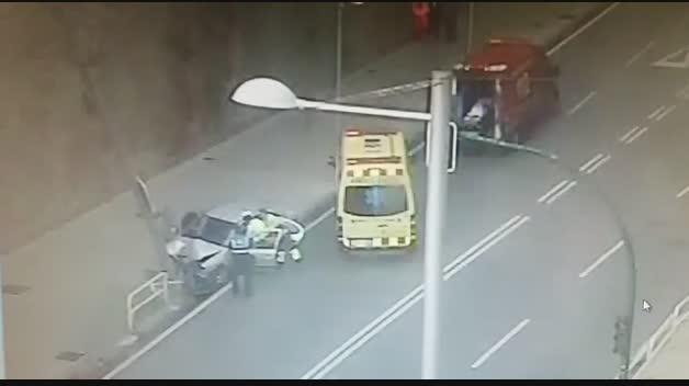 Un vehículo choca contra una farola en la cuesta de Labrit