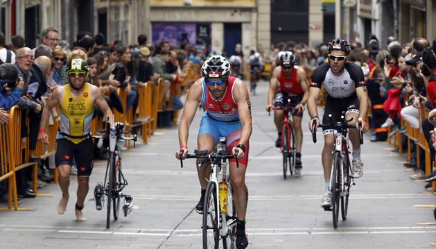 Participantes en el Half Triathlon a su paso por el Casco Antiguo de Pamplona. La cuarta edición tuvo lugar el pasado sábado 12 de mayo.