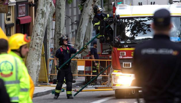 Buscan a dos obreros entre los escombros de un edificio derrumbado en Madrid