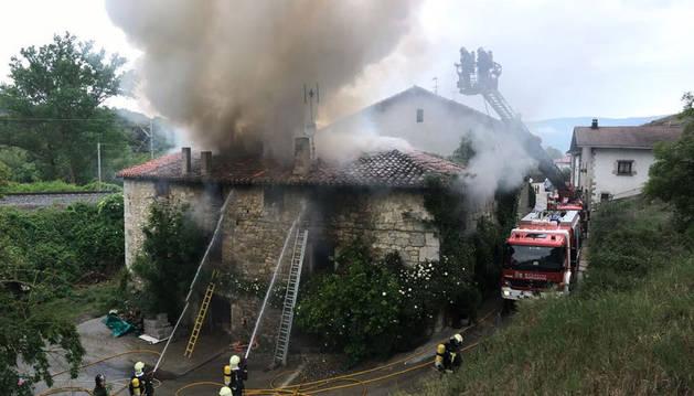 Herida leve una mujer de 52 años en el incendio de su casa en Izurdiaga