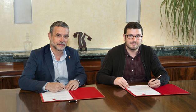 El vicepresidente Miguel Laparra y el alcalde de Aoiz/Agoitz, Unai Lako en la firma del convenio.