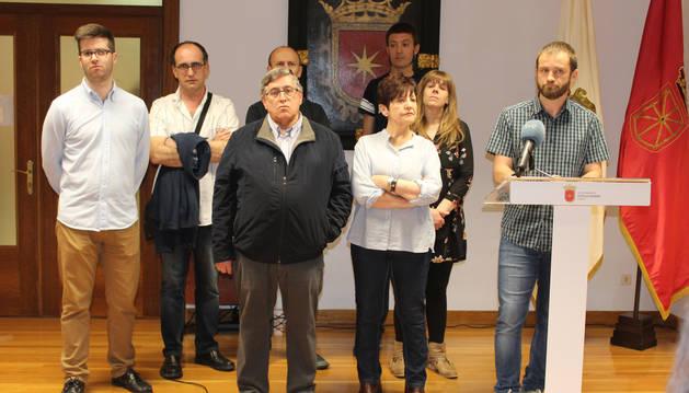 El alcalde, Koldo Leoz, y el resto del equipo de gobierno durante la comparecencia de este jueves