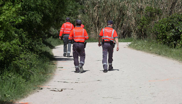 Agentes de la Policía Foral en el lugar de los hechos.