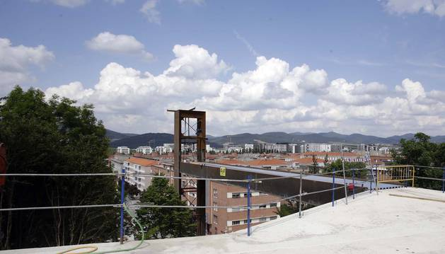 Vista de la estructura desde la zona superior del barrio, con la pasarela que la une a la torre.