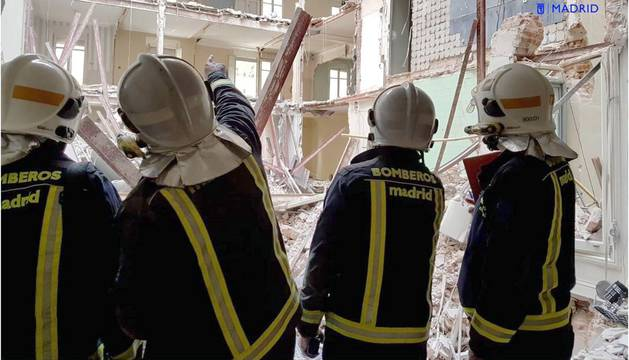 El desescombro y la búsqueda de los obreros desaparecidos tras el derrumbe de un edificio en la calle General Martínez Campos han cumplido su segunda noche