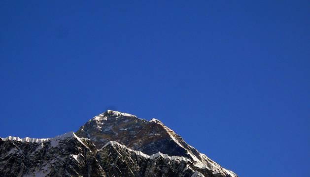 A la derecha de la cumbre se ve el Escalón de Hillary, antes del terremoto de Nepal de 2015.
