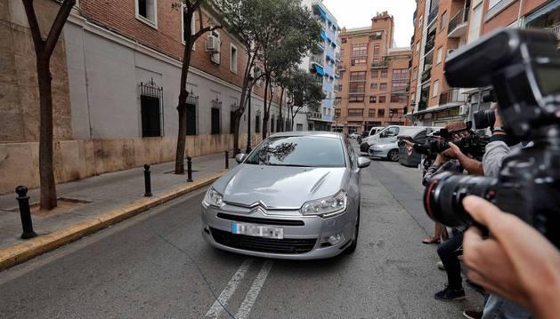 El expresident de la Generalitat y exministro Eduardo Zaplana aguarda el pase a disposición judicial tras los registros en sus domicilios y oficinas en el marco de la operación Erial