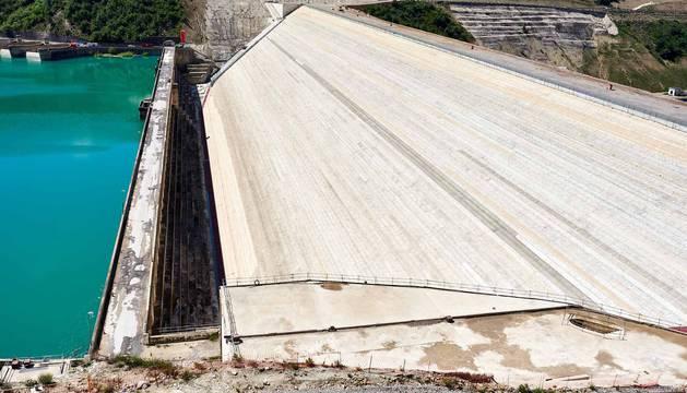 Comparativa entre la actual presa, de 76 metros de altura, y la futura del recrecimiento, que llega ya a 104 metros sobre cimientos.