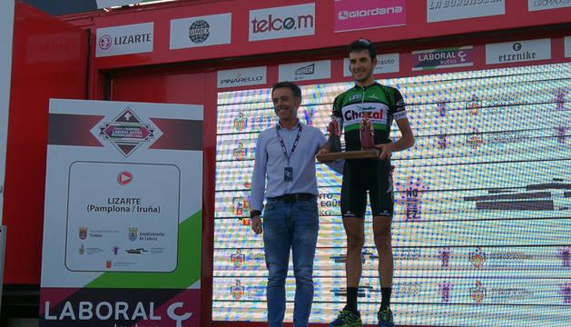 El alcalde del Valle de Egüés, Alfonso Echeverría, entrega a Florent Castellarnau el trofeo de vencedor de la tercera etapa.