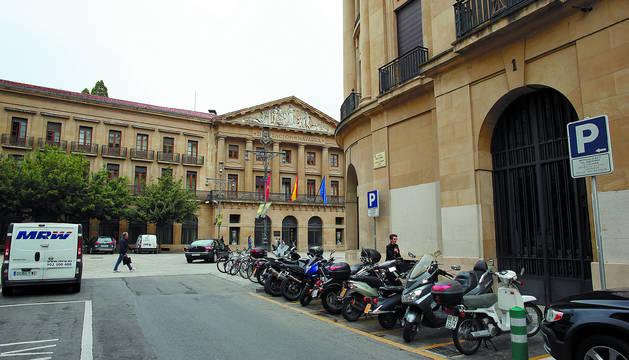 Aspecto actual de la parcela que ocupó la vieja plaza de toros, con la avenida Carlos III y el Palacio de Navarra.